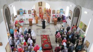 Первая литургия в восстанавливаемом храме св. Николая. Служит епископ Мариинский и Юргинский Иннокентий.